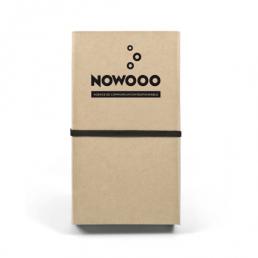Ce SET BLOC NOTES en papier recyclé, avec couverture rigide, comprend un bloc de papier (100 pages), un bloc de papier ivoire (50 pages) et un stylo bille.